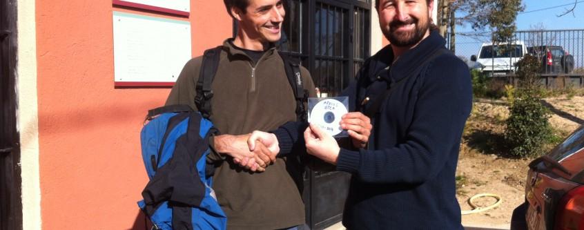 Guilem Mas de Paisatges Vius traspassa els arxius del grup a Jordi Puig, del Llavors Orientals